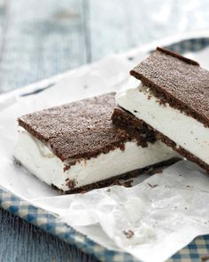 Classic Ice Cream Sandwiches - A thin, simple-to-prepare cake is the foundation for these nostalgic treats. To soften the ice cream, leave it at room temperature for a few minutes. Ice Cream Treats, Ice Cream Desserts, Köstliche Desserts, Frozen Desserts, Ice Cream Recipes, Frozen Treats, Delicious Desserts, Summer Desserts, Dessert Recipes