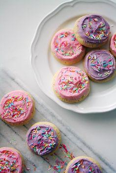 Ystävänpäivän keksit Sugar Cookies, Sprinkles, Cereal, Valentines, Candy, Baking, Breakfast, Food, Pastel
