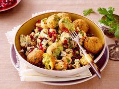 Unser beliebtes Rezept für Blumenkohlsalat mit Falafel und mehr als 55.000 weitere kostenlose Rezepte auf LECKER.de.