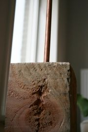 Stoere staande lamp van douglas hout met koperen details:http://www.homi.nl/a-38813451/lampen-toebehoren/stoere-staande-lamp-van-douglas-hout-met-koperen-details/