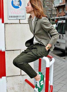 グレージャケット×パンツ×緑スニーカーのマニッシュコーデ(レディース)海外スナップ | MILANDA