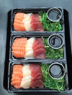 Sashimi van tonijn, zalm en coquille met zeewiersalade en sojasaus