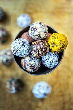 Vegan Raw Brownie Truffle Bites Raw Dessert Recipes, Raw Desserts, Raw Food Recipes, Snack Recipes, Cooking Recipes, Fudge Recipes, Health Desserts, Cooking Tips, Vegan Snacks