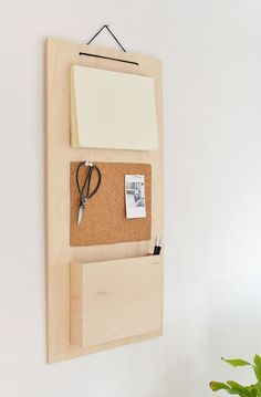 hanging organiser This DIY wooden organized would make a great DIY project for my entryway. I love the clean, modern look.This DIY wooden organized would make a great DIY project for my entryway. I love the clean, modern look. Wand Organizer, Hanging Wall Organizer, Wooden Organizer, Diy Hanging, Diy Beauty Organizer, Diy Décoration, Easy Diy, Diy Crafts Simple, Diy Casa