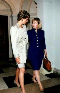 RoyalDish - Diana Photos - October With then First Lady Hillary Clinton, during a Private Visit, the Princess of Wales made to Washington Princess Diana Rare, Princess Diana Photos, Princess Of Wales, Lady Diana Spencer, Kate Middleton, Prinz William, Elisabeth Ii, Diana Fashion, Fashion News