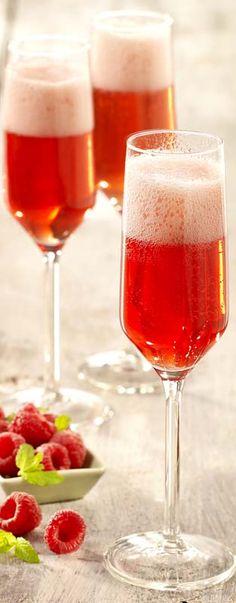 8 cl prosecco (Italiaanse schuimwijn) (of cava) 4 cl campari 3 frambozen (vers of diepvries) 1 koffiel. citroensap