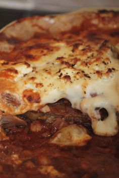 Vegetarian Moussaka, a Mediterranean dish with a base of eggplant and Potato. A delicious and hearty way to pack in all your vegetables! Tomato Vegetable, Vegetable Drinks, Lentil Recipes, Vegetarian Recipes, Weird Food, Crazy Food, Pulses Recipes, Moussaka