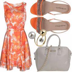 L'arancione è un colore che mette sempre di buonumore e in estate valorizza la pelle baciata dal sole. Discreto e piuttosto formale il vestito smanicato a fantasia, si adatta a tutte le fisicità e si sposa perfettamente ai sandali dello stesso colore. La borsa a mano grigio chiaro e l'anello completano l'outfit raffinato che si adatta al lavoro e alle occasioni più formali.