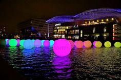 25 ballons lumineux 2m de diamètre sur l'eau | Gonflable à l'air | Fête des lumières de Lyon