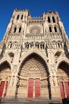 Cathédrale d'Amiens La cathédrale d'Amiens représente l'apothéose de l'art gothique. Elle mesure 43 m de haut et la lumière y entre largement par de grandes ouvertures. Cette cathédrale est construite en l'honneur de la vierge. Sa chapelle axiale est plus longue que toutes les autres. Elle s'inspire des porches de la cathédrale de Laon, de la galerie des rois de la cathédrale Notre-Dame de Paris et de la richesse décorative de Reims.