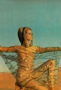 1967 Franco Rubartelli ,Veruschka posing in Egyptian desert in gold-striped organza caftan