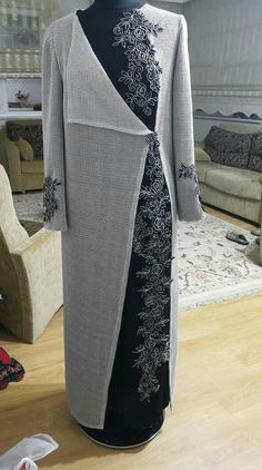 Bunuda galeriye at jubah Iranian Women Fashion, Islamic Fashion, Muslim Fashion, Modest Fashion, Fashion Dresses, Estilo Abaya, Moda Peru, Abaya Mode, Hijab Style Dress