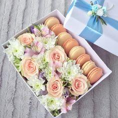 Подарочные коробки с цветами и макарунами на заказ. www.pidu24.eu/shop www.facebook.com/teiepidu Kinkekarp lillede- ja macroonidega