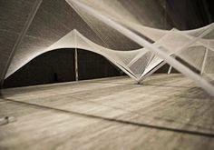 Instalación arquitectónica de algodón, madera y acero.