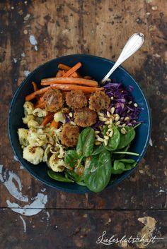 Liebesbotschaft: Lunch-Bowl mit (veganen) Quinoa-Talern.