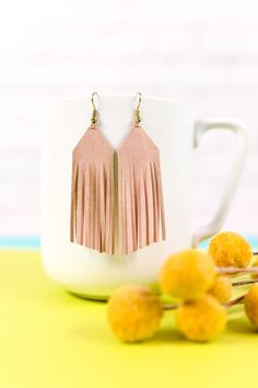 Create these trendy DIY suede fringe earrings! Use faux suede and your cutting machine to add these stylish earrings to your wardrobe. Cute Jewelry, Diy Jewelry, Jewelry Making, Jewelry Stores, Jewellery, Diy Leather Projects, Leather Jewelry, Diy Leather Fringe Earrings, Making Ideas