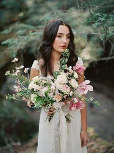 Kontrastreiche Brautinspirationen in einer Höhle von Kyle John Photography - Hochzeitsguide