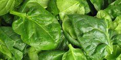 Spinazie is een voedzame groente die veel voor je gezondheid doet. Het bevat niet alleen een grote hoeveelheid ijzer, maar ook foliumzuur, chlorofyl, vitamine E, magnesium, vitamine A, vezels, plantaardige eiwitten en vitamine C. Door hun antioxidante capaciteiten zijn vitamine C, E en A geweldig voor de huid.