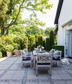 Enkelt och naturnära färger Karina Eg og Morten Ibsen Rooftop Garden, Garden Pool, Garden Paving, Garden Paths, Back Gardens, Outdoor Gardens, Dream Garden, Home And Garden, Small Yard Design
