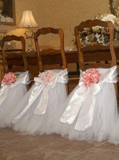 enfeitar as cadeiras fica lindo numa festa...adorei essa ideia..
