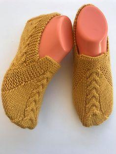 Basit saç örgüsü patik modeli yapılışı - Canım Anne Baby Knitting Patterns, Viking Tattoo Design, Sunflower Tattoo Design, Knitted Slippers, Crochet Shoes, Crochet Handbags, Knitting Socks, Knit Socks, Sock Shoes