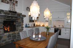 Landliv med sjel og sjarm: Kjøkkenet i sommerhuset Nook Ideas, Dining Table, Kitchen, Furniture, Home Decor, Dining Room Table, Cooking, Decoration Home, Room Decor