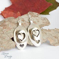 Hearts-korvakorut on muotoiltu hopeisten lusikoiden pesistä. #lusikkakoru, #kierrätyskoru, #hopeakoru, #korvakorut Fork Jewelry, Silverware Jewelry, Diy Jewelry, Silver Jewelry, Jewelry Making, Spoon Art, Metal Crafts, Spoons, Divas
