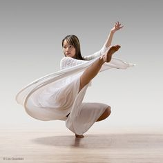 Lois Greenfield Photography : Dance Photography : Daniel Jaber / Hsiao-Hsuan Yang / Timothy Ohl / Clint Lutes by ollie Action Pose Reference, Action Poses, Action Photography, Ballet Photography, Contemporary Dance Photography, Lois Greenfield, Dance Baile, Human Poses, Poses References