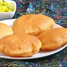 """Delikatne złocistechlebki puri to bardzo prosty w przygotowaniu specjał kuchni indyjskiej. Smażone w głębokim oleju chrupiące """"dmuchane"""" chlebki podaje się w Indiach głównie na śniadanie, najczęściej w towarzystwie warzywnego curry. W najbardziej rozpowszechnionej wersji puri przygotowywane są z pełnoziarnistej mąki … Czytaj dalej →"""