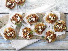 Minipizzen mit Paprikagemüse und Schafskäsewürfeln | Kalorien: 61 Kcal - Zeit: 40 Min. | http://eatsmarter.de/rezepte/minipizzen-paprikagemuese