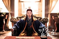 7 Photos that prove Ji Sung was the master of disguise before Kill Me, Heal Me2. Kim Soo Ro in Kim Soo Ro  Kim used his power to unite 12 small countries during the Three Kingdoms Period. His richly colored regal attire fits in perfectly with his elaborately designed room.