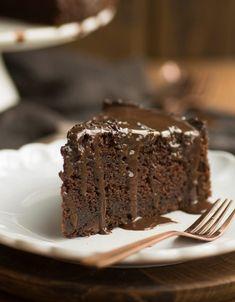 Super saftiger Schokoladenkuchen mit Tonkabohne - das schnelle und einfache Rezept für diesen leckeren Schokokuchen findet Ihr auf dem Blog