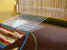 În atelier   Atelierul de miniaturi Incense, Loom, Weaving, Diy, Weaving Looms, Loom Knitting Projects, Sewing Patterns, Tejidos, Needlepoint