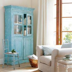Renueva un mueble antiguo... ¡en azul!  ¡Mira qué efecto produce! Precioso. Atrévete porque su efecto decorativo es espectacular. Y si lo lijas un poco para que parezca algo envejecido, todavía quedará más bonito. ¡Pruébalo!