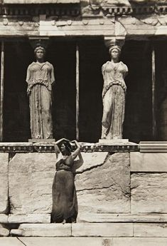 drrestless: Isadora Duncan strived to represent the Glory that was Classical Greece in her dance seen here at the Parthenon, Athens, 1920 by Edward Steichen Edward Steichen, Isadora Duncan, Lawrence Alma Tadema, Louise Brooks, Alfred Stieglitz, Modern Dance, Ancient Greece, Old Photos, Art Photography