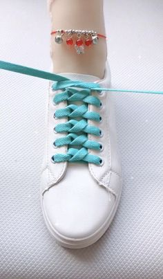 Diy Clothes Life Hacks, Diy Clothes And Shoes, Clothing Hacks, Ways To Lace Shoes, How To Tie Shoes, Diy Crafts Hacks, Diy Crafts For Gifts, Ways To Tie Shoelaces, Shoe Lacing