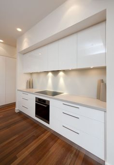 White, clean, sharp and neat, this post contains some great examples of white contemporary kitchen cabinets. White Contemporary Kitchen, Contemporary Kitchen Cabinets, White Kitchen Cabinets, Modern Kitchen Design, Interior Design Kitchen, White Glossy Kitchen, Contemporary Decor, Bulkhead Kitchen, Kitchen Benchtops