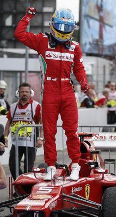 Un piloto español, con un coche italiano diseñado por un griego… venciendo en Alemania. Nikki Lauda.