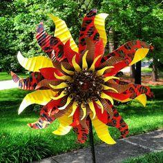 . Soda Can Flowers, Water Bottle Flowers, Tin Flowers, Plastic Flowers, Aluminum Can Flowers, Aluminum Can Crafts, Aluminum Cans, Metal Crafts, Tin Can Art