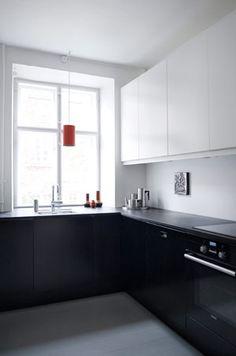 """Rikke fra butikken """"To Trin Ned""""'s eget hjem.   køkken med elementer fra Ikea og en mdf-bordplade med pålimet linoleum. Stelton-bakkesættet og orange Louis Poulsen pendler."""