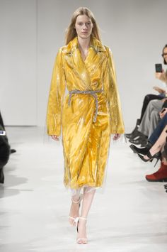 Here, see every look from the New York Fashion Week Calvin Klein Collection Fall 2017 runway show. London Fashion Weeks, New York Fashion, Fashion News, High Fashion, Fashion Show, Fashion Looks, Fashion Design, Fashion Trends, Victoria Beckham