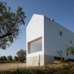 La vivienda unifamiliar se encuentra en una finca rural en Fartosa, Fonte Boa, en el centro de Portugal. La pequeña finca cuenta con un viñedo y un olivar, situada en el valle de Rabaçal, confinada por las montañas Jerumelo, Sico y Espinhal.
