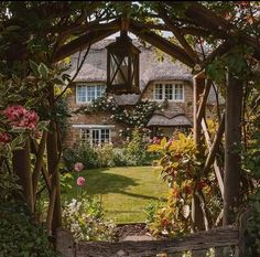 A perfectly English cottage and pristine garden. This scene, captured in Rutland, looks like something straight out of a romantic novel. Garden Cottage, Cottage Homes, Fairytale Cottage, Cozy Cottage, Cottages Anglais, Rustic Arbor, Country Living Uk, Veranda Magazine, Victoria Magazine
