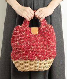 ニット×ラタンバッグ(A・レッド) Knit Basket, Basket Bag, Creative Bag, Diy Sac, Japanese Bag, Art Bag, Knitted Bags, Yarn Crafts, Handmade Bags