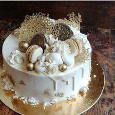 Клубнично - лимонный торт Кармен в бело - золотом наряде для юбилея 75 лет