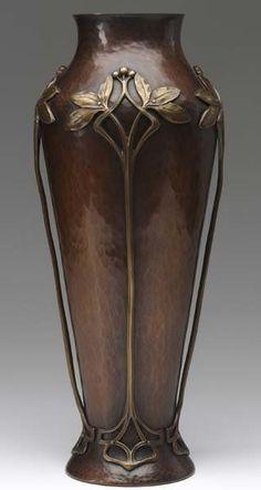 Art Nouveau martillado jarrón de cobre con ramas de hojas y bayas aplicada latón fundido,