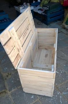 Pallet Furniture Projects Wood Pallet Chest Box - Easy Pallet Ideas - Like we have made this DIY pallet chest box a very practical pallet projects for you to bring some organized and mess free style statements in your home Pallet Crafts, Diy Pallet Projects, Woodworking Projects, Woodworking Wood, Wood Router, Diy Crafts, Pallet Furniture, Furniture Projects, Rustic Furniture