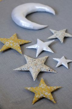 Décoration murale, Lune et étoiles - by fikOu miKou Sewing For Kids, Diy For Kids, Crafts To Make, Fun Crafts, Fabric Stars, Creation Couture, Couture Sewing, Diy Sewing Projects, Twinkle Twinkle Little Star