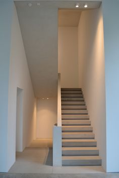 Whatever the space or the size, contemporary staircase design is completely customizeable! So the interior design will still look beautiful with the modern staircase. Importantly, use the proper lighting. Foyer Staircase, Staircase Design, Staircase Ideas, Interior Stairs, Interior Architecture, Contemporary Architecture, Interior Design, Stairs Protector, Stair Dimensions