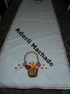 caminho de mesa com flores de fita de cetim sianinhas e pintura em tecido